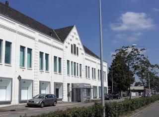Maastricht-Wyckerpoort,_Meerssenerweg_met_fabrieksgebouwen_Koninklijke_Mosa01.JPG